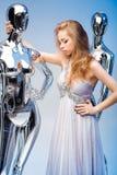 Schöne blonde Frau im eleganten Abendkleid auf Hintergrund von Stockfotografie