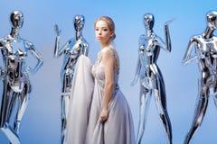 Schöne blonde Frau im eleganten Abendkleid auf Hintergrund von Stockbilder