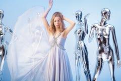 Schöne blonde Frau im eleganten Abendkleid auf Hintergrund von Lizenzfreies Stockbild