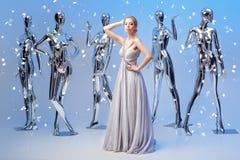 Schöne blonde Frau im eleganten Abendkleid auf Hintergrund von Stockfoto