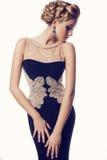 Schöne blonde Frau im eleganten beige Kleid Stockfotografie
