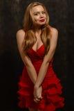 Schöne blonde Frau im eleganten roten Kleid Lizenzfreie Stockfotos