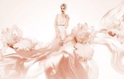 Schöne blonde Frau im Fliegenkleid Lizenzfreie Stockfotografie