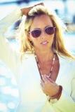 Schöne blonde Frau im Flieger Sunglasses lizenzfreies stockbild