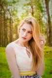 Schöne blonde Frau im Freien Lizenzfreies Stockbild