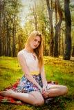 Schöne blonde Frau im Freien Stockbilder