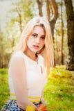 Schöne blonde Frau im Freien Stockfotos