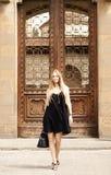 Schöne blonde Frau auf der Straße der alten Stadt Stockbilder