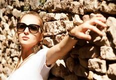 Schöne blonde Frau draußen Lizenzfreie Stockfotografie