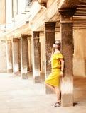 Schöne blonde Frau auf der Straße der alten Stadt Lizenzfreie Stockfotografie