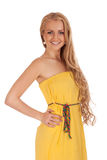 Schöne blonde Frau im gelben Kleid lizenzfreie stockfotografie