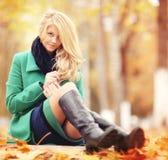 schöne blonde Frau im Herbstlaub Lizenzfreies Stockbild
