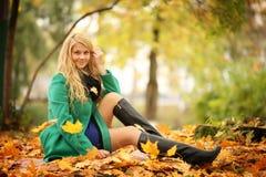 schöne blonde Frau im Herbstlaub Lizenzfreie Stockfotos