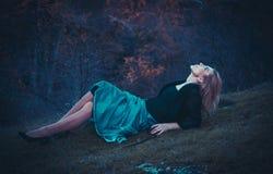 Schöne blonde Frau im Herbstpark Lizenzfreies Stockbild