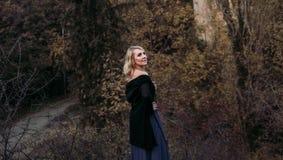 Schöne blonde Frau im Herbstpark Lizenzfreie Stockfotos