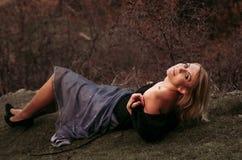 Schöne blonde Frau im Herbstpark Lizenzfreies Stockfoto