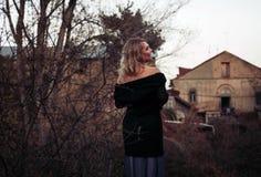 Schöne blonde Frau im Herbstpark Stockbilder