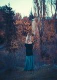 Schöne blonde Frau im Herbstpark Stockfoto