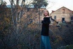 Schöne blonde Frau im Herbstpark Stockfotografie