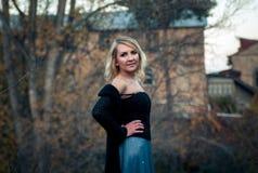 Schöne blonde Frau im Herbstpark Lizenzfreie Stockbilder