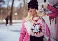 Schöne blonde Frau im Hut Stockfotos