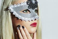 Schöne blonde Frau im Karneval Mask maskerade Reizvolles Mädchen maniküre Stockbild