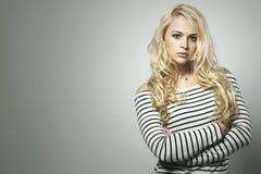 Schöne blonde Frau im Kleid Bekehrter von ROHEM für bessere Qualität Ihr Text hier Stockfotos