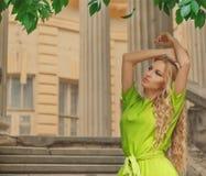 Schöne blonde Frau im Kleid des langen Grüns Lizenzfreie Stockfotografie