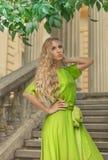 Schöne blonde Frau im Kleid des langen Grüns Lizenzfreies Stockbild