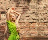 Schöne blonde Frau im Kleid des langen Grüns Stockbild