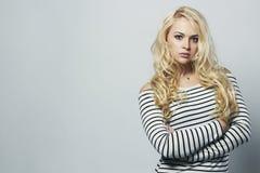 Schöne blonde Frau im Kleid Lockiges Haar Bekehrter von ROHEM für bessere Qualität Lizenzfreie Stockfotos