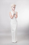Schöne blonde Frau im Kleid mit dem kreativen Haar Lizenzfreie Stockfotografie