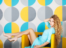 Schöne blonde Frau im langen blauen Kleid Lizenzfreies Stockbild