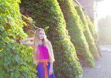 Schöne blonde Frau im langen bunten Kleid Lizenzfreie Stockfotografie