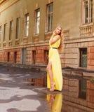Schöne blonde Frau im langen gelben Kleid draußen Lizenzfreie Stockbilder
