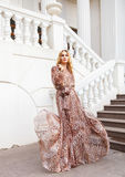 Schöne blonde Frau im langen Kleid Lizenzfreie Stockbilder