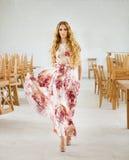 Schöne blonde Frau im langen Kleid Lizenzfreie Stockfotos