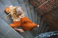 Schöne blonde Frau im langen Kleid Stockbilder