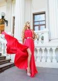 Schöne blonde Frau im langen Kleid draußen Lizenzfreies Stockbild