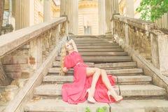 Schöne blonde Frau im langen Kleid draußen Lizenzfreie Stockfotografie