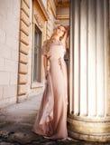 Schöne blonde Frau im langen Kleid draußen Stockfoto