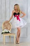 Schöne blonde Frau im Luxuxinnenraum. Stockbild