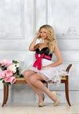 Schöne blonde Frau im Luxuxinnenraum. Stockfotografie