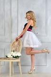 Schöne blonde Frau im Luxuxinnenraum. Lizenzfreie Stockbilder