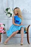 Schöne blonde Frau im Luxuxinnenraum. Lizenzfreies Stockfoto