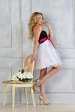 Schöne blonde Frau im Luxuxinnenraum. Stockfoto