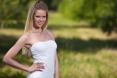 Schöne blonde Frau im Park Stockfotos