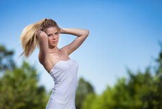 Schöne blonde Frau im Park Stockfotografie