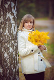 Schöne blonde Frau im Park Stockfoto
