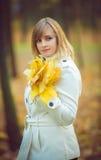 Schöne blonde Frau im Park Lizenzfreie Stockbilder